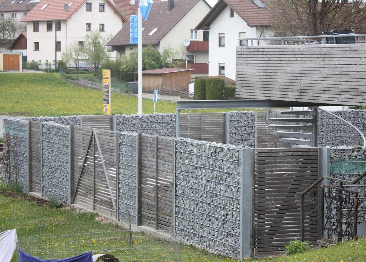 Schiebetor Aus Stahl Mit Messingkugeln; Holzzaun Mit Gabionen Kombinierter  Zaun Aus Holz Und Gabionen; Sichtschutz